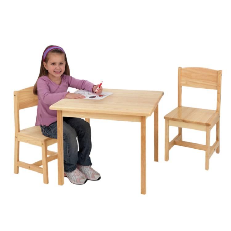 ... und Spielen mit dem naturfarbenen Tisch Aspen mit zwei St?hlen