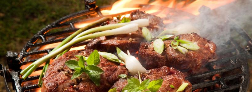 Saftige Steaks auf einem Grill von Home24