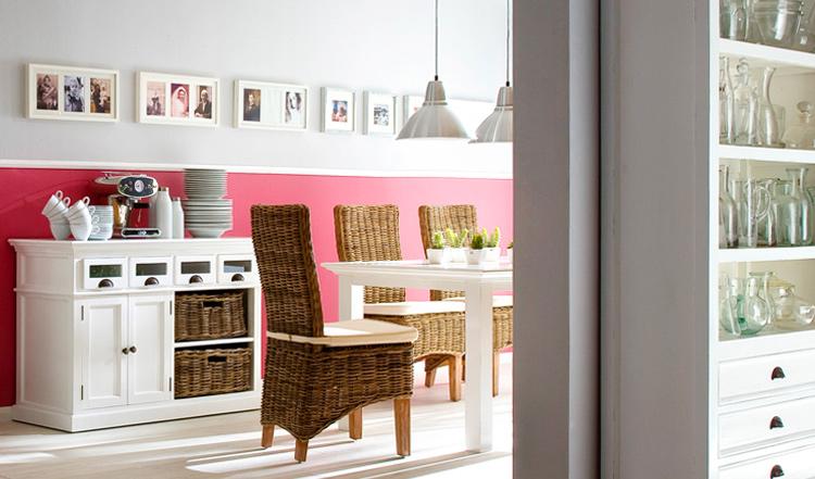 Sala da pranzo con sedie in polyrattan dal design rustico