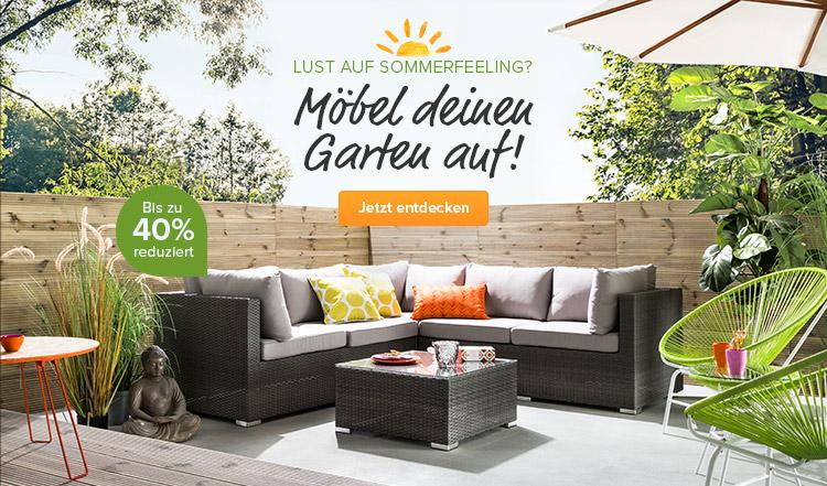 Loungesofa mit Sonnenschirm und Gartensesseln