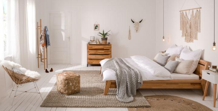 Boho schlafzimmermoebel: bett, kommode und nachttische - Holz, natur.