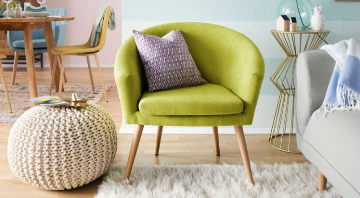 Fauteuil club vert en tissu et pouf tricoté beige - home24
