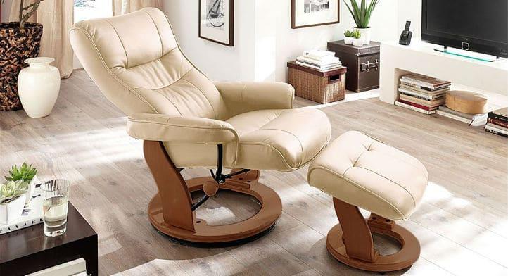Fauteuil avec repose-pieds beige en cuir et petite table basse - home24