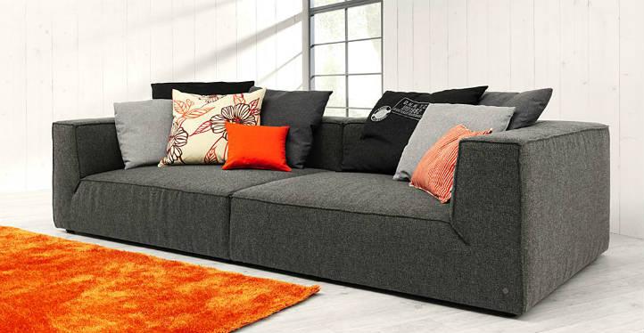 Canapé 4 places anthracite en tissu avec tapis orange - home24