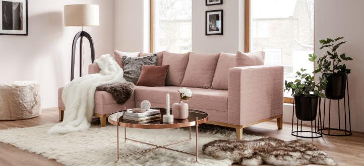 Canapé en tissu rose avec tapis en fourrure - home24
