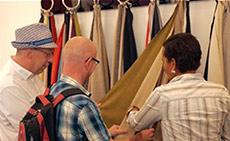 Einrichtungsberatung bei den Stoffmustern im Showroom von Fashion For Home