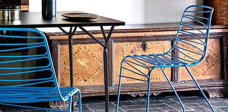 Türkise Stühle mit Tisch und Sideboard