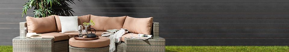 Mobili lounge color antracite con cuscini color cognac